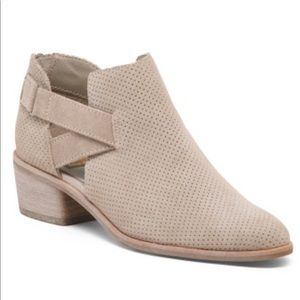 New w/o box Dolce Vita tan suede ankle booties